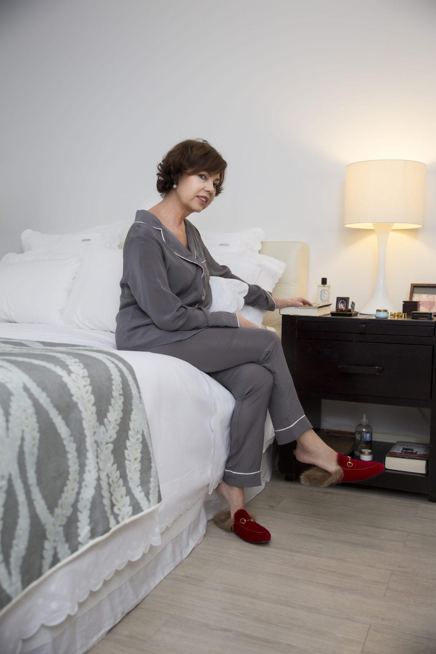 miami-based-blogger-sitting-in-her-bed-carmen-borja-linens